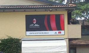 Ore 11 - Tutto pronto, è cambiato anche il manifesto all'ingresso del Centro Sportivo Milanello