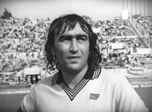 """Egidio Calloni - Grandissimo calciatore della fine degli anni '70, trovò la sua consacrazione al Milan dove però viene più ricordato per le tante reti sbagliate che per quelle siglate, meritando il soprannome di """"sciagurato Egidio""""."""
